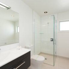 Bathroom in a 1 bedroom at The Dawson Motel New Plymouth. Call 06 758 1177